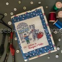 """Les Aventures de Pompon et Lulu, broderie """"L'Arrivée"""". Nous vous la proposons montée en pochette à 3 battants. Tous les tissus, le molleton, la fermeture éclair, la toile à broder, les fils, le diagramme, les explications et les gabarits sont fournis dans le kit. Ce kit est en édition limitée et réalisé en collaboration avec Sarahpatch. Retrouvez-le sur nos 2 sites. www.deshistoiresabroder.com www.sarahpatch.fr #broderiemain #creationartisanale #pointdecroixaddict # pointcompte #patch #chat #pochettebrodée #pochettepatchwork # deshistoiresabroder #creationfrancaise  #creation # crossstitch"""