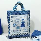 J'aime le bleu. Kit de broderie comprenant la toile de lin, les fils, le diagramme le cœur en nacre, l'aimant à coudre pour la fermeture du sac et les explications du montage du sac #sacabroder #pointdecroixcompte #bleu #linabroder #couture #bleuette #jaimelebleu #france #faitmain #deshistoiresabroder @sabinegrenier