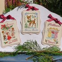 Ces 3 cartes en kit de broderie au point de croix. Vous aurez le temps de les broder pour Noël, vous pourrez aussi les monter en tirelire, petite boîte ou petite pochette à étrennes. Amusez-vous!!! #pointdecroixnoël #pointcompté #noel #kitnoel #cartesnoel #cartecadeau #bambi #sapindenoel #puntocruz #crissstitch #kreuzstitch #ange #choraledenoel
